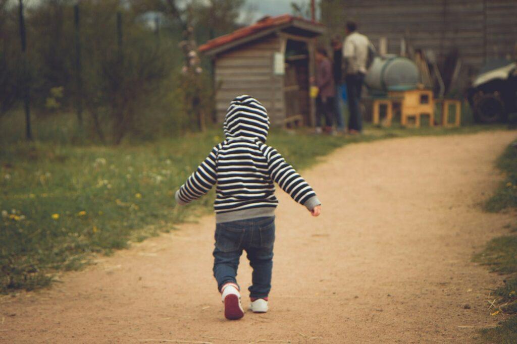 Anak Belajar Jalan (Foto oleh Guillaume-d2 dari Pixabay)