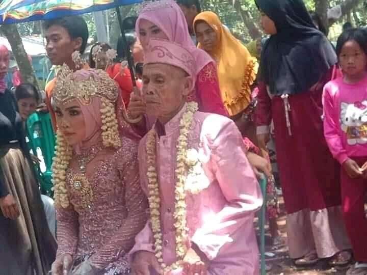 Pernikahan Abah Sarna dan Noni menikah (Foto: Facebook/Agus Suryajaya)