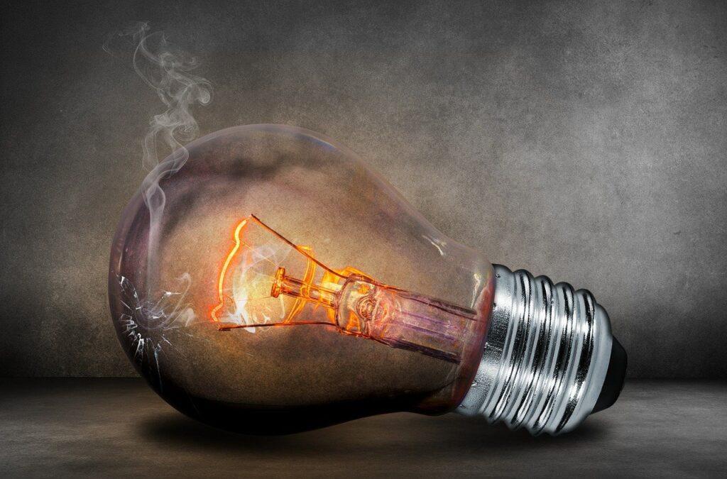 Hemat listrik saat ekonomi resesi (Gambar oleh Comfreak dari Pixabay)