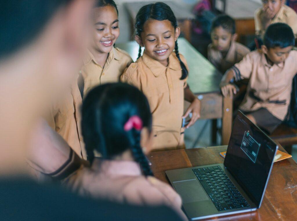 Anak Butuh Kasih Sayang (Foto oleh Agung Pandit Wiguna dari Pexels)